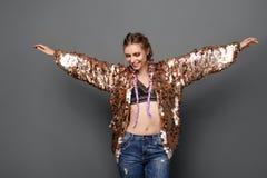 Adolescente elegante en capa de oro Foto de archivo libre de regalías