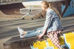 Adolescente elegante en el parque del monopatín Fotos de archivo