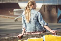 Adolescente elegante en el parque del monopatín Fotografía de archivo libre de regalías