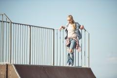 Adolescente elegante en el parque del monopatín Fotos de archivo libres de regalías