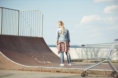 Adolescente elegante en el parque del monopatín Imagen de archivo libre de regalías
