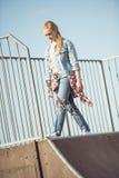 Adolescente elegante en el parque del monopatín Foto de archivo