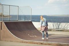 Adolescente elegante en el parque del monopatín Imagenes de archivo
