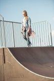 Adolescente elegante en el parque del monopatín Imágenes de archivo libres de regalías