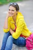 Adolescente elegante en la ropa colorida al aire libre Foto de archivo libre de regalías