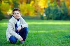 Adolescente elegante en parque verde Imagen de archivo