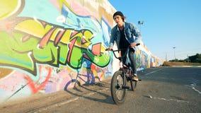 Adolescente elegante joven que salta en una bici Concepto activo de la forma de vida metrajes