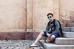 Adolescente elegante que descansa sobre los pasos de las escaleras Foto de archivo libre de regalías