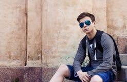 Adolescente elegante que descansa sobre los pasos de las escaleras Fotos de archivo libres de regalías