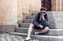 Adolescente elegante que descansa sobre los pasos de las escaleras Imagenes de archivo