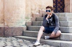 Adolescente elegante que descansa sobre los pasos de las escaleras Imagen de archivo