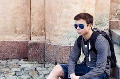 Adolescente elegante que descansa sobre los pasos de las escaleras Fotos de archivo
