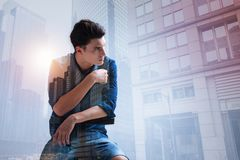 Adolescente elegante que olha afastado no cerco urbano Imagens de Stock