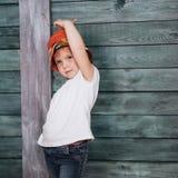 Adolescente elegante que se inclina contra una pared Fotografía de archivo libre de regalías