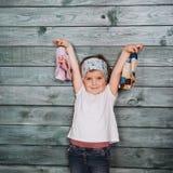 Adolescente elegante que se inclina contra una pared Fotos de archivo libres de regalías