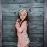 Adolescente elegante que se inclina contra una pared Imagenes de archivo