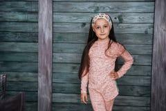 Adolescente elegante que se inclina contra una pared Foto de archivo libre de regalías