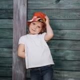 Adolescente elegante que se inclina contra una pared Foto de archivo