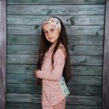 Adolescente elegante que se inclina contra una pared Fotografía de archivo