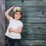 Adolescente elegante que se inclina contra una pared Imagen de archivo libre de regalías