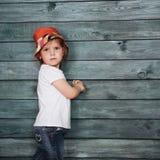 Adolescente elegante que se inclina contra una pared Fotos de archivo