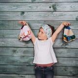 Adolescente elegante que se inclina contra una pared Imagen de archivo