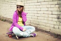 Adolescente elegante rubio en vaqueros y gafas de sol Fotografía de archivo