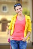 Adolescente elegante sonriente de la moda de los jóvenes - al aire libre retrato Imágenes de archivo libres de regalías