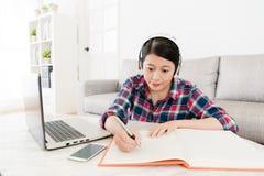 Adolescente elegante sonriente de la muchacha que estudia en casa Fotos de archivo