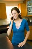 Adolescente em seu telefone de pilha Fotografia de Stock Royalty Free
