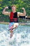 Adolescente em um esqui do truque Fotografia de Stock Royalty Free