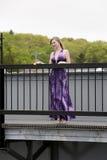 Adolescente em uma ponte Fotos de Stock
