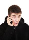 Adolescente emocionado con el teléfono móvil Imágenes de archivo libres de regalías