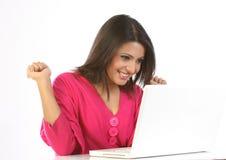 Adolescente emocionado con la computadora portátil Foto de archivo