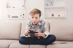 Adolescente emocionado que juega al videojuego en casa Fotos de archivo