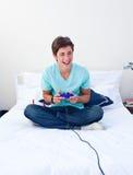 Adolescente emocionado que juega a los juegos video Foto de archivo libre de regalías