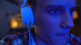 Adolescente emocional que juega la noche del videojuego, edad torpe, primer de los imitadores de la cara almacen de metraje de vídeo