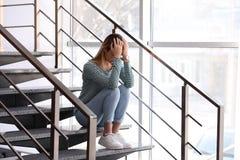 Adolescente emocional que senta-se em escadas imagens de stock
