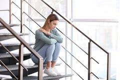 Adolescente emocional que senta-se em escadas foto de stock royalty free