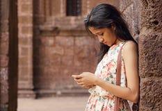 Adolescente employant Smartphone Photos libres de droits