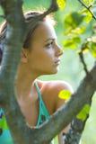 Adolescente en árbol Imagenes de archivo