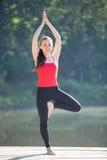 Adolescente en actitud de la yoga del vrikshasana Fotografía de archivo
