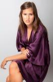 Adolescente en alineada púrpura del satén Fotografía de archivo