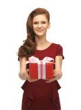 Adolescente en alineada roja con el rectángulo de regalo Fotos de archivo