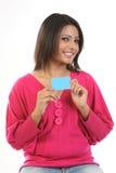 Adolescente en alineada rosada con de la tarjeta de crédito Imagenes de archivo