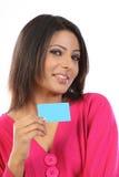 Adolescente en alineada rosada con de la tarjeta de crédito Foto de archivo