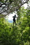 Adolescente en ascendente del parkour de la cuerda el alto Imagen de archivo libre de regalías