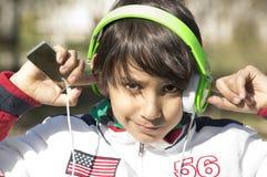 Adolescente en auriculares. Foto de archivo libre de regalías