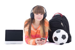 Adolescente en auriculares con el ordenador portátil y el teléfono aislados en whi Foto de archivo