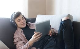 Adolescente en auriculares que escucha la música Fotos de archivo